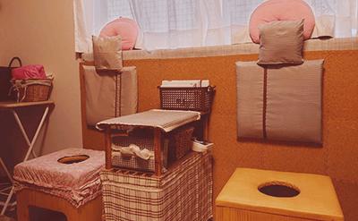 ベッドとよもぎ蒸しの施術室