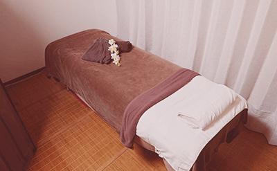 ベッドのある施術室