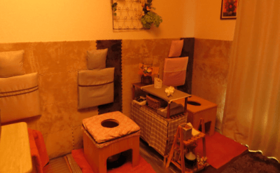 ベッドとよもぎ蒸しの椅子がある部屋